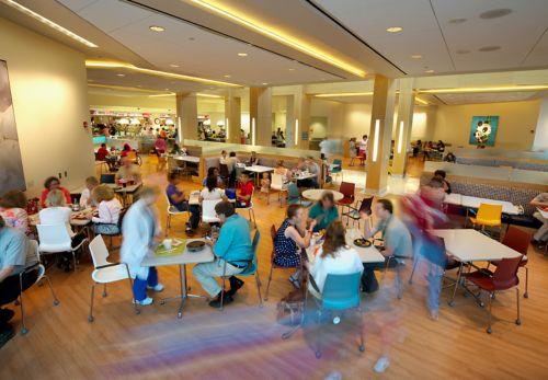 hora del almuerzo en la cafetería de un hospital de cáncer pediátrico