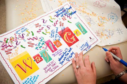 ကလေး လူနာတစ်ဦး၏ စောင့်ရှောက်မှု အဖွဲ့မှ လက်မှတ်များနှင့်အတူ နိုး မို' ကီမို အောင်မြင်မှုအတွက် ဂုဏ်ပြုခြင်း ကတ်