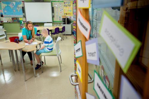 Explore los servicios y recursos escolares hablando con el hospital y la escuela de su hijo. No tema hacer preguntas. En esta imagen, un niño que está realizando un tratamiento contra el cáncer completa una tarea escolar.