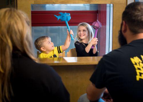 Un patient atteint d'un cancer pédiatrique présente un spectacle de marionnettes avec sa sœur