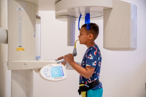 """Los exámenes de imagenología, incluidas las radiografías panorámicas (""""panorex""""), proporcionan imágenes detalladas de los dientes, las raíces y la mandíbula."""