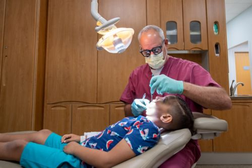 Algunos tratamientos del cáncer infantil pueden causar problemas con el desarrollo de los dientes y de los huesos faciales en el futuro.