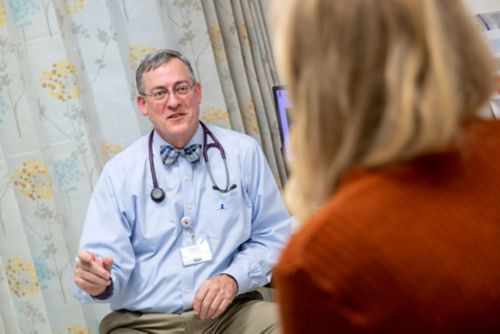 El final del tratamiento contra el cáncer infantil es emocionante, pero puede crear ansiedad. En esta imagen, una sobreviviente de cáncer pediátrico habla con su médico en la sala de espera de una clínica.