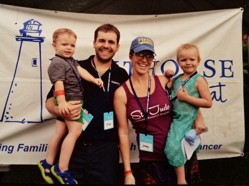 جيني والدة الناجية من السرطان مع زوجها وطفلاها.