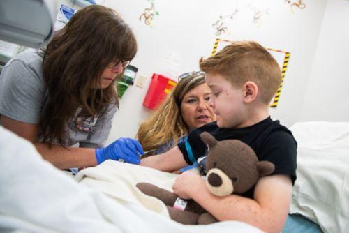 Une fois la procédure terminée, l'équipe de soins déplace le patient vers une salle de réveil où il est surveillé jusqu'à dissipation des effets du médicament d'anesthésie.