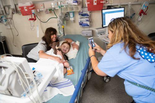 Il est demandé aux patients de ne pas manger ou boire pendant un certain temps avant les procédures, de sorte que les familles peuvent, si elles le souhaitent, emporter une collation pour le réveil du patient.