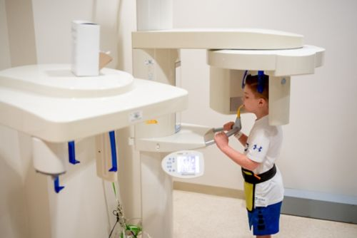 التصوير، ويشمل التصوير الإشعاعي البانورامي بالأشعة السينية، يعطي صورًا تفصيلية للأسنان والجذور والفكين.