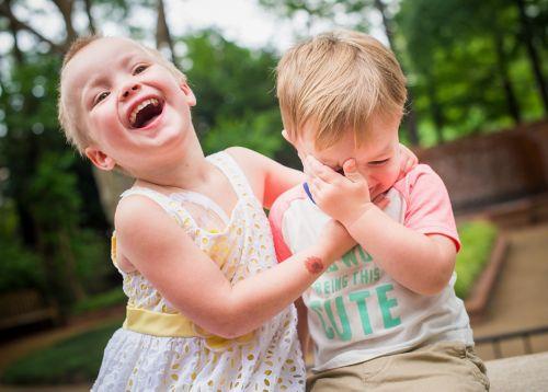 طفلة مصابة بسرطان الأطفال تلعب مع أخيها بالخارج