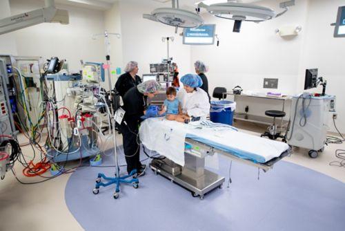 Un anestesiólogo se reúne con las familias antes de que el paciente reciba anestesia general, previamente al procedimiento.