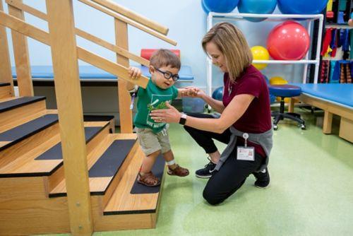 Fisioterapeutatrabajando con un paciente con cáncer pediátrico