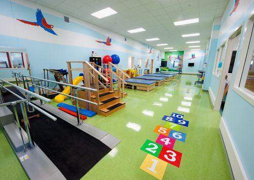 Imagen de un centro de servicios de rehabilitación dentro de un hospital pediátrico
