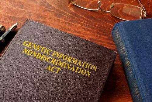 Коричневая книга с заглавием «Закон о запрете дискриминации на основе генетической информации»