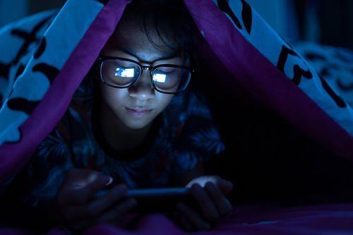 फ़ोन, टीवी और अन्य इलेक्ट्रॉनिक उपकरणों से निकलने वाली नीली रोशनी से नींद में बाधा उत्पन्न हो सकती है।